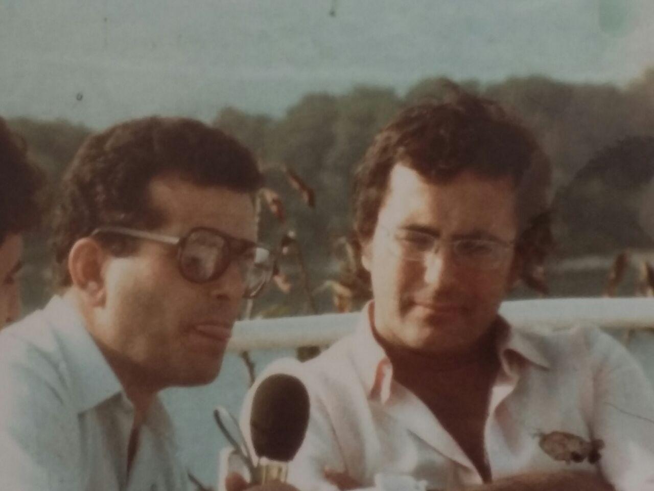Gazetari A. Shqarri duke intervistuar kengetarin Albano, Ksamil 1985 (1)