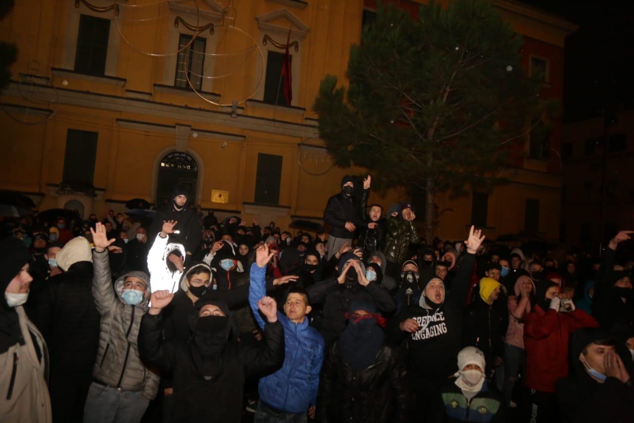 Protesta-dhuna-klodian-rasha-doreheqja-sander-lleshaj-policia-gazilotsjelles-tym-gure-flake (1)