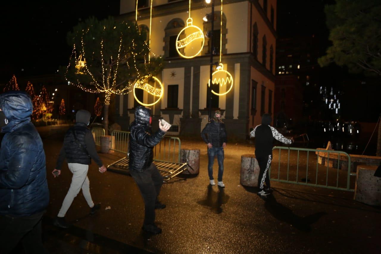 Protesta-dhuna-klodian-rasha-doreheqja-sander-lleshaj-policia-gazilotsjelles-tym-gure-flake (10)
