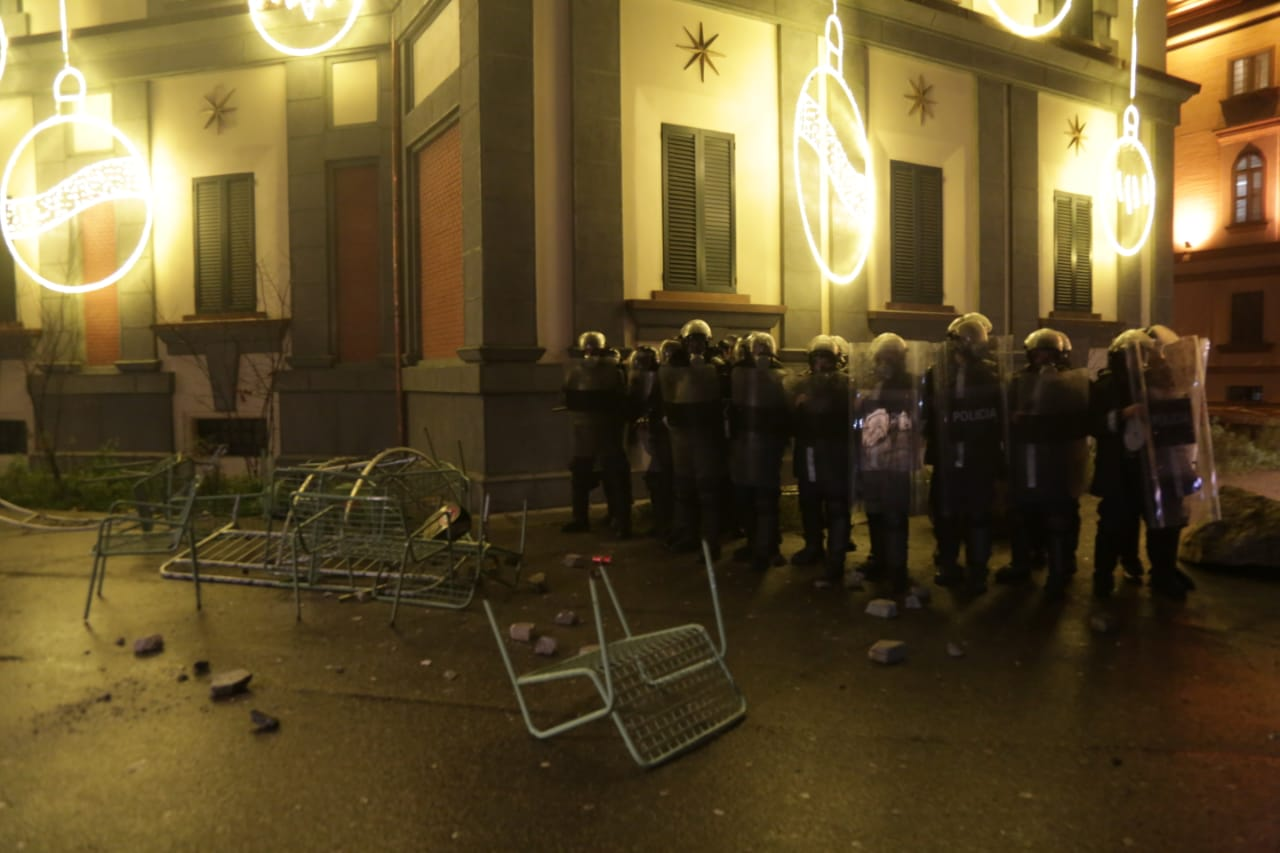 Protesta-dhuna-klodian-rasha-doreheqja-sander-lleshaj-policia-gazilotsjelles-tym-gure-flake (11)