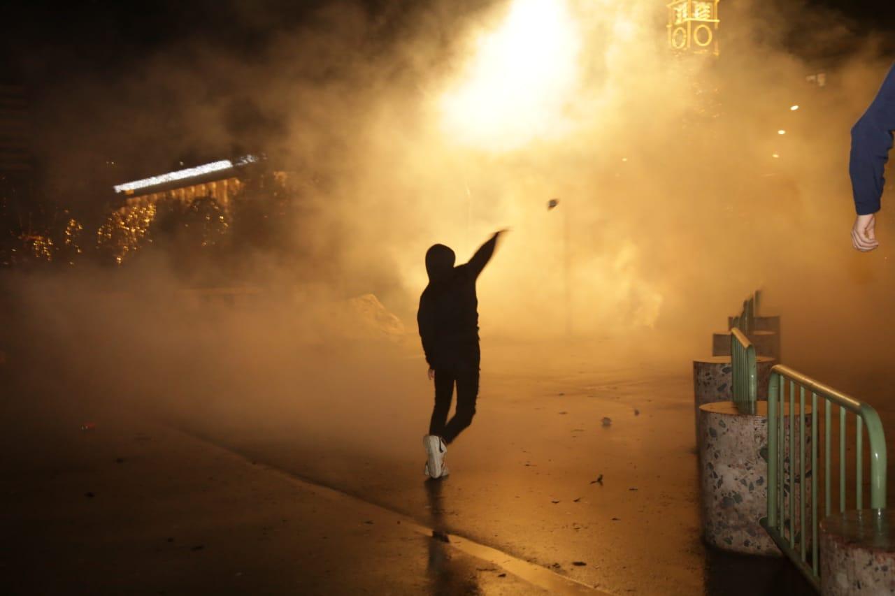 Protesta-dhuna-klodian-rasha-doreheqja-sander-lleshaj-policia-gazilotsjelles-tym-gure-flake (12)
