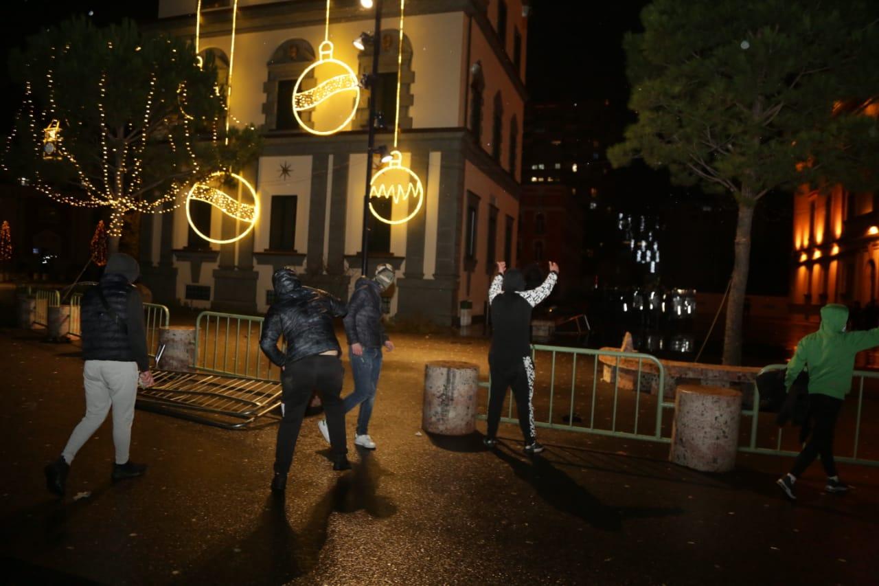 Protesta-dhuna-klodian-rasha-doreheqja-sander-lleshaj-policia-gazilotsjelles-tym-gure-flake (13)
