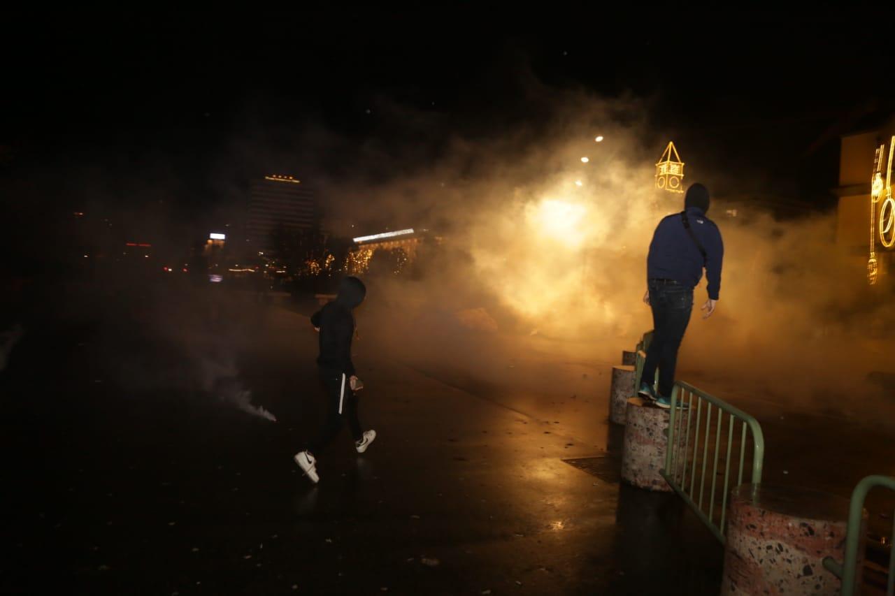 Protesta-dhuna-klodian-rasha-doreheqja-sander-lleshaj-policia-gazilotsjelles-tym-gure-flake (14)