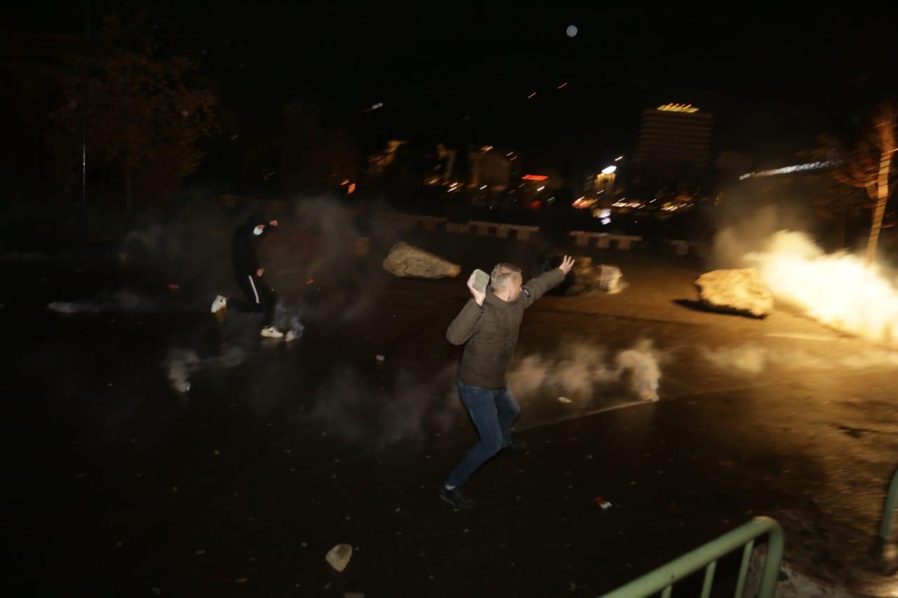 Protesta-dhuna-klodian-rasha-doreheqja-sander-lleshaj-policia-gazilotsjelles-tym-gure-flake (15)