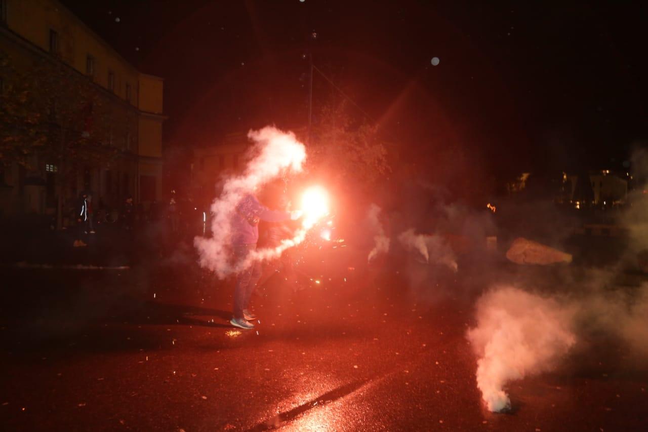 Protesta-dhuna-klodian-rasha-doreheqja-sander-lleshaj-policia-gazilotsjelles-tym-gure-flake (17)
