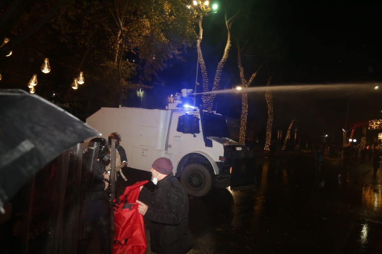 Protesta-dhuna-klodian-rasha-doreheqja-sander-lleshaj-policia-gazilotsjelles-tym-gure-flake (18)