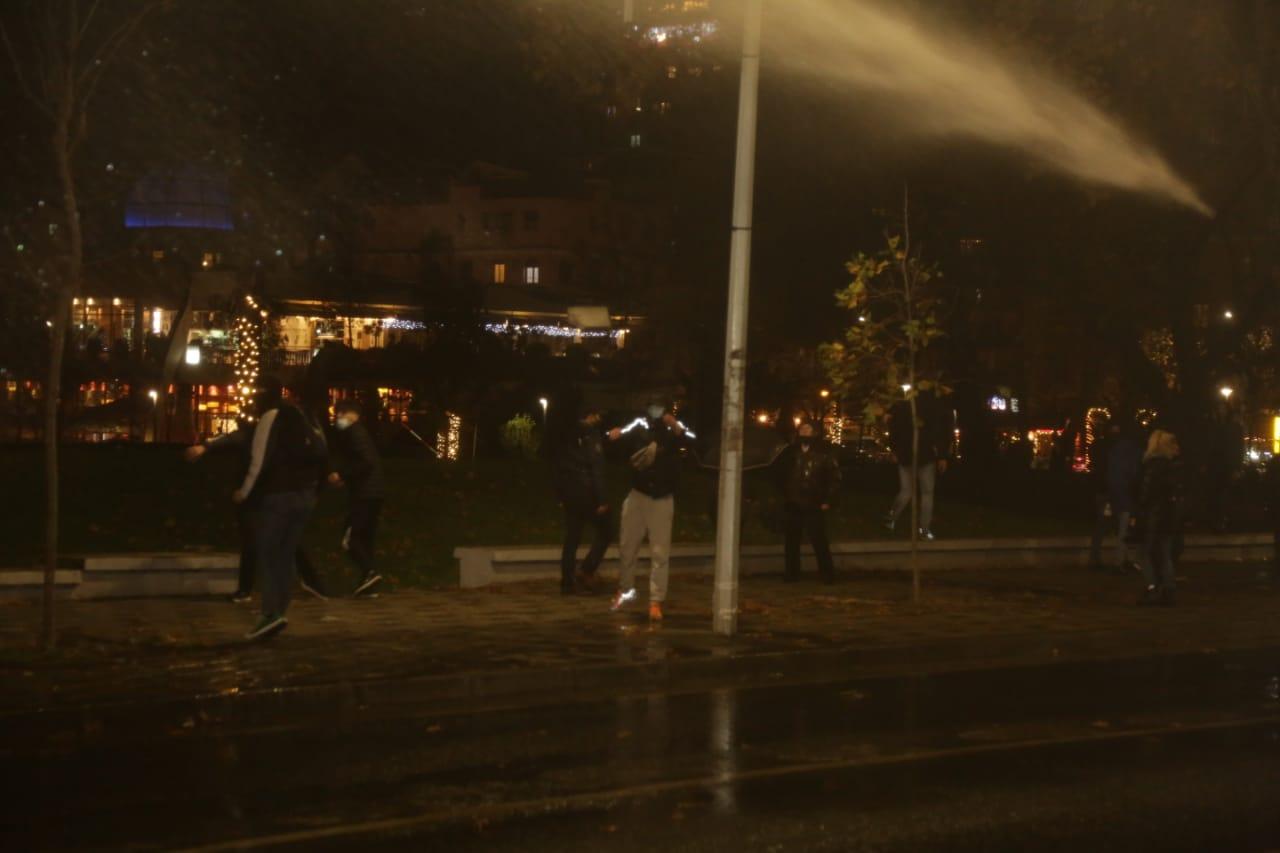 Protesta-dhuna-klodian-rasha-doreheqja-sander-lleshaj-policia-gazilotsjelles-tym-gure-flake (19)