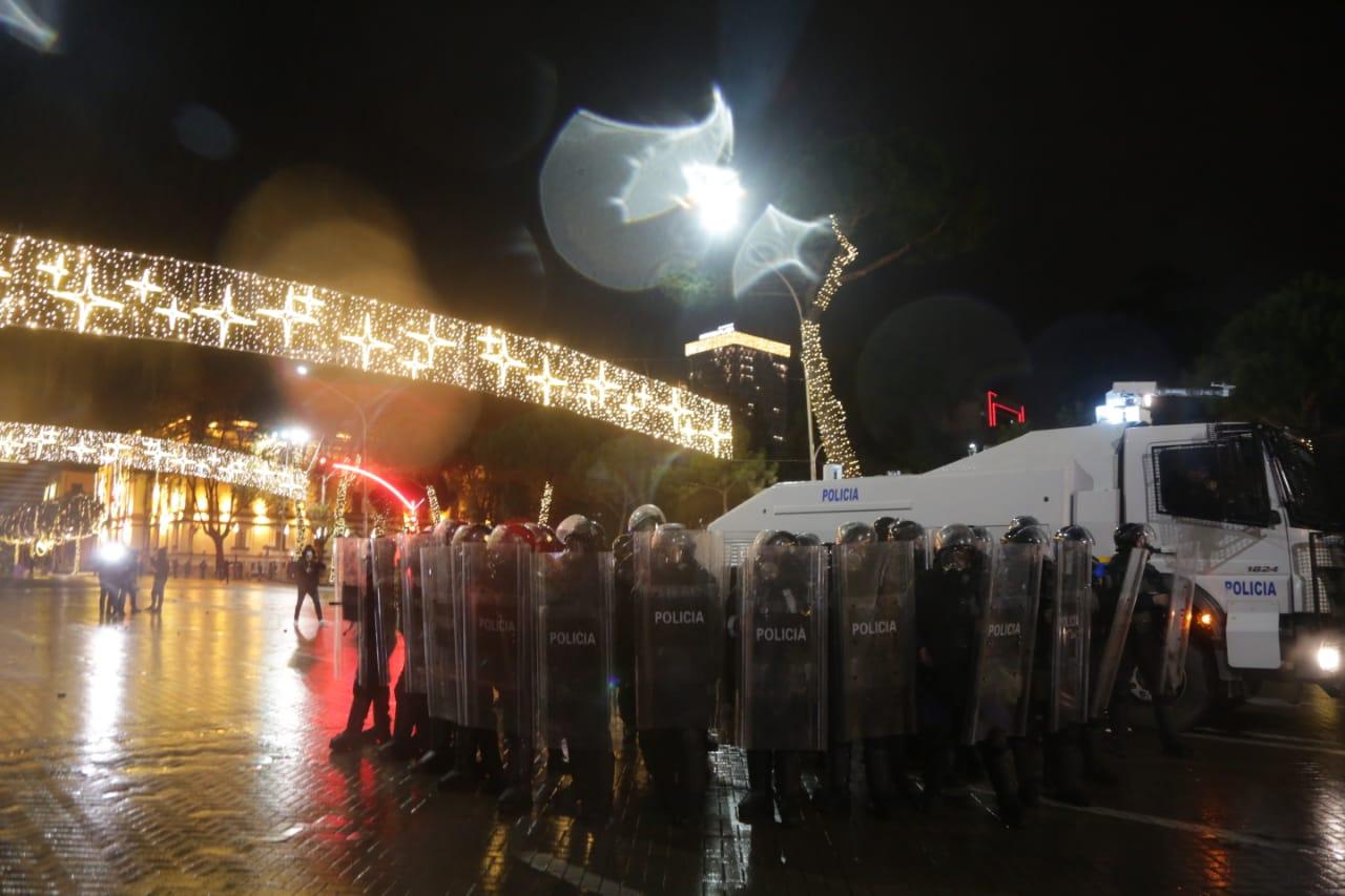 Protesta-dhuna-klodian-rasha-doreheqja-sander-lleshaj-policia-gazilotsjelles-tym-gure-flake (21)
