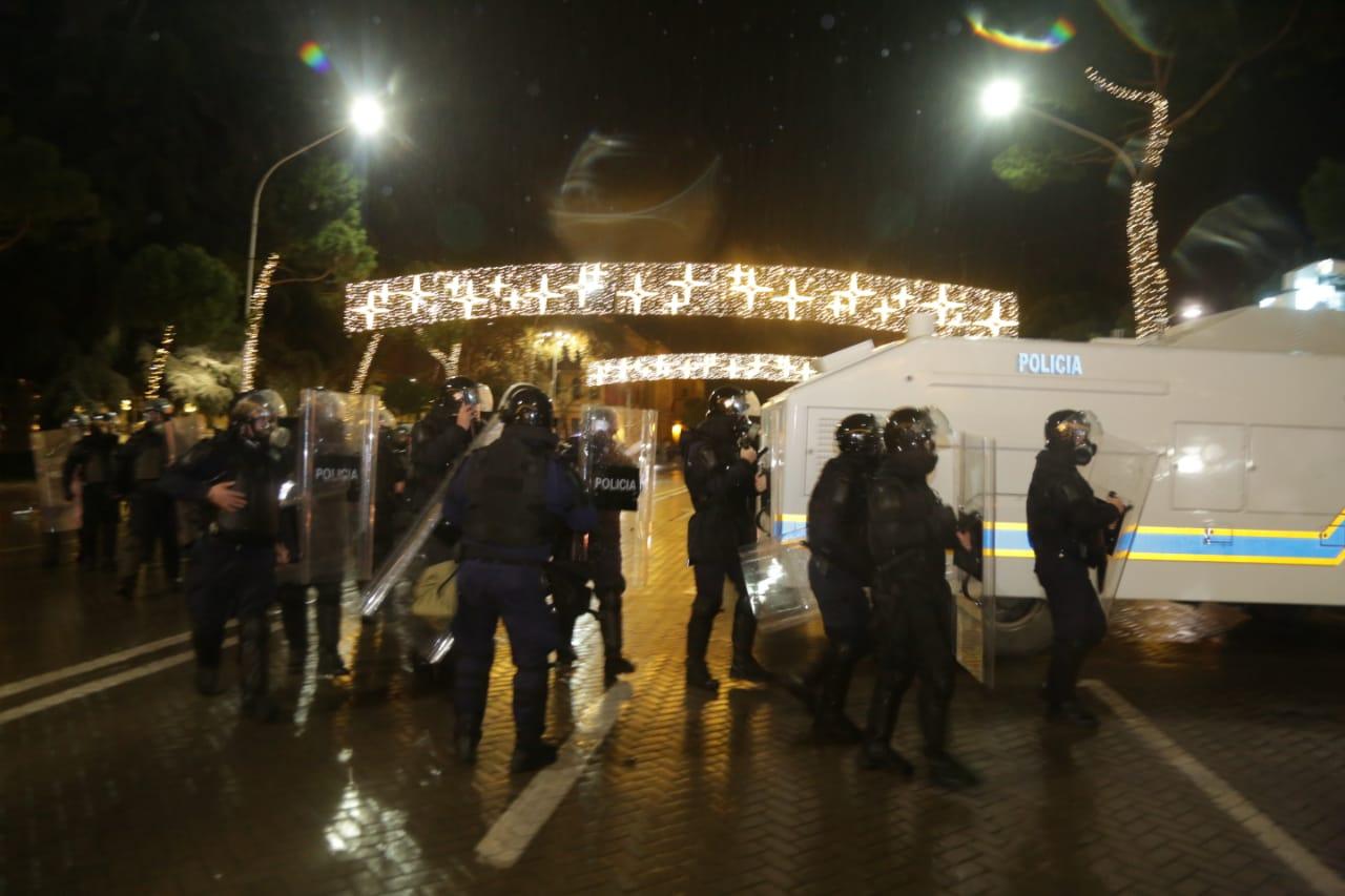 Protesta-dhuna-klodian-rasha-doreheqja-sander-lleshaj-policia-gazilotsjelles-tym-gure-flake (22)