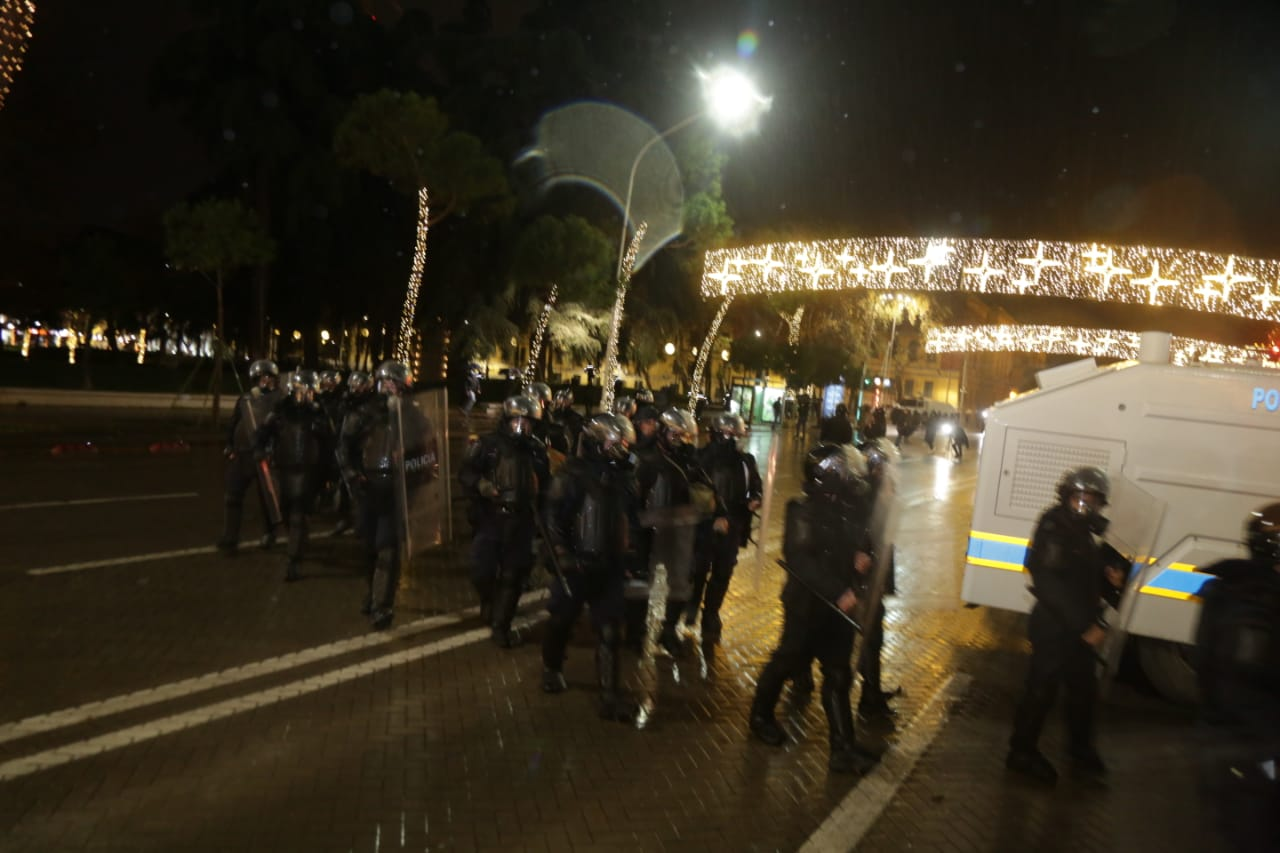 Protesta-dhuna-klodian-rasha-doreheqja-sander-lleshaj-policia-gazilotsjelles-tym-gure-flake (23)