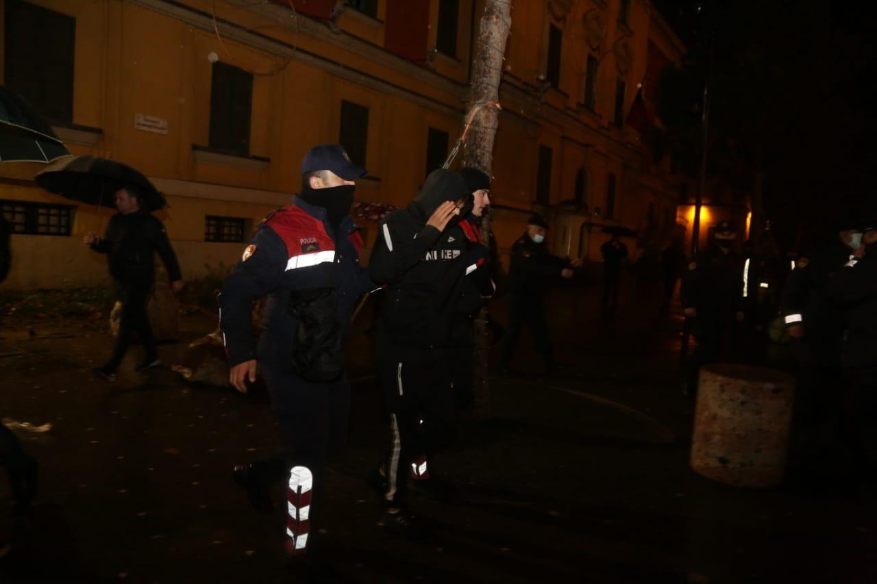 Protesta-dhuna-klodian-rasha-doreheqja-sander-lleshaj-policia-gazilotsjelles-tym-gure-flake (24)
