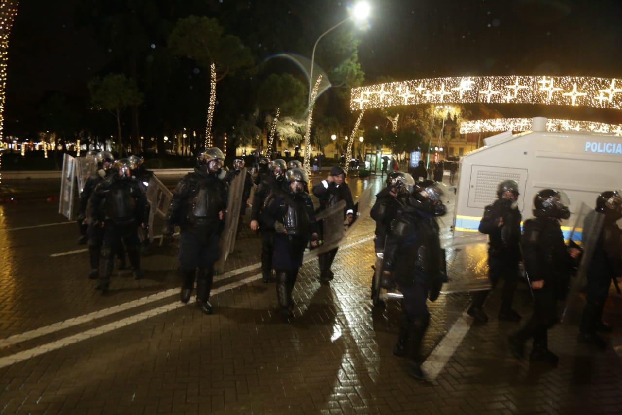 Protesta-dhuna-klodian-rasha-doreheqja-sander-lleshaj-policia-gazilotsjelles-tym-gure-flake (26)