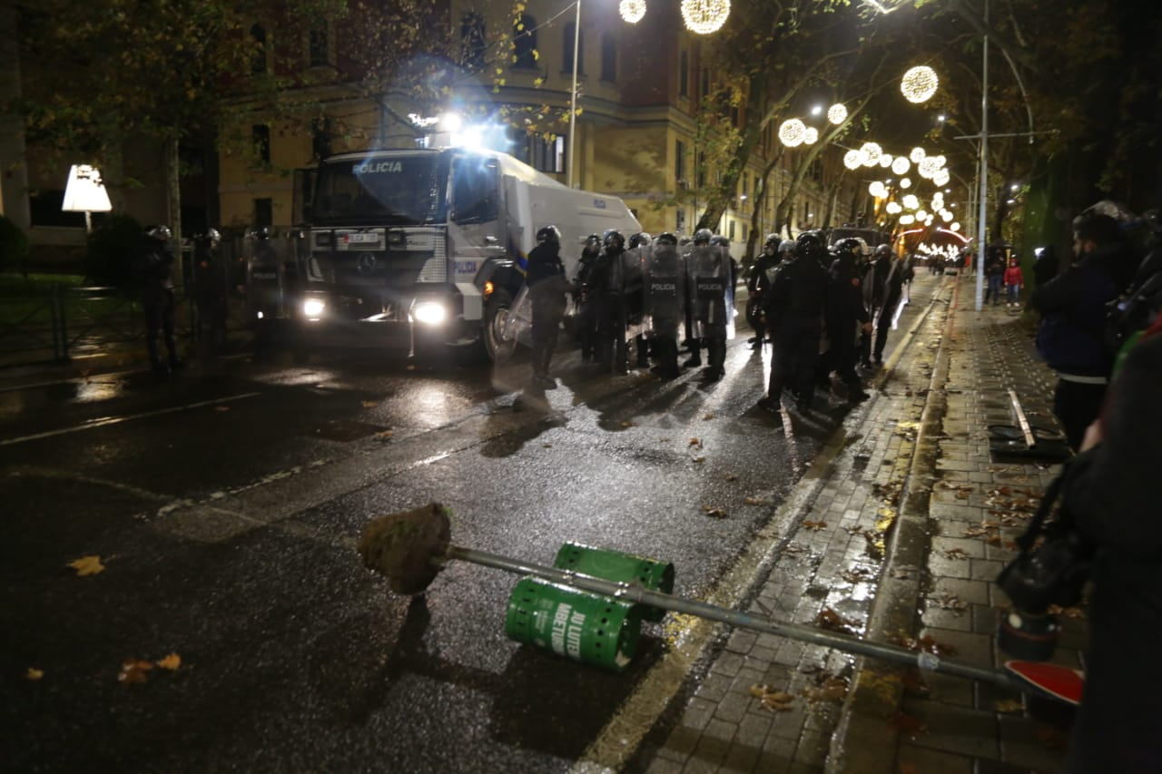 Protesta-dhuna-klodian-rasha-doreheqja-sander-lleshaj-policia-gazilotsjelles-tym-gure-flake (27)