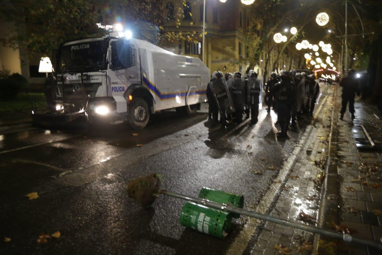 Protesta-dhuna-klodian-rasha-doreheqja-sander-lleshaj-policia-gazilotsjelles-tym-gure-flake (28)
