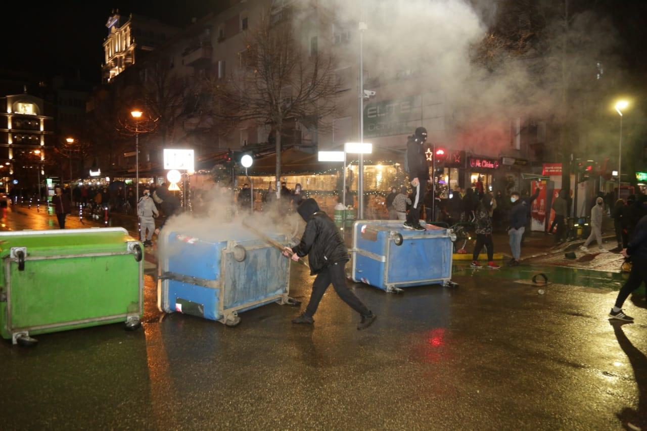 Protesta-dhuna-klodian-rasha-doreheqja-sander-lleshaj-policia-gazilotsjelles-tym-gure-flake (30)