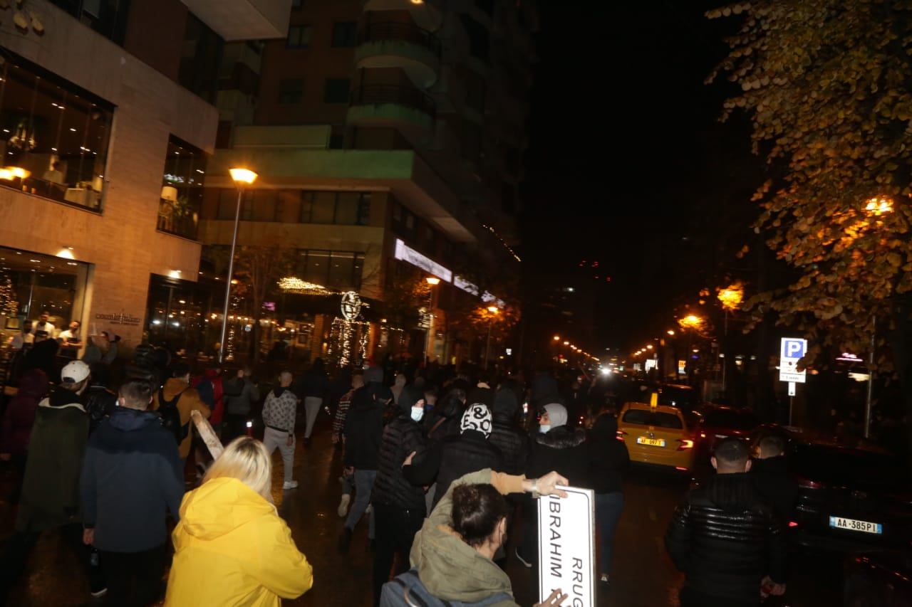 Protesta-dhuna-klodian-rasha-doreheqja-sander-lleshaj-policia-gazilotsjelles-tym-gure-flake (32)