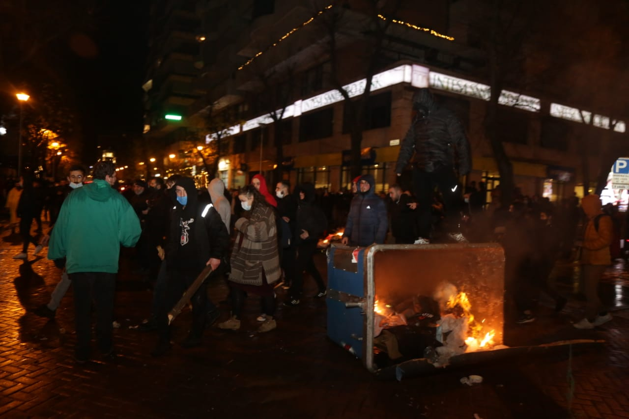 Protesta-dhuna-klodian-rasha-doreheqja-sander-lleshaj-policia-gazilotsjelles-tym-gure-flake (34)