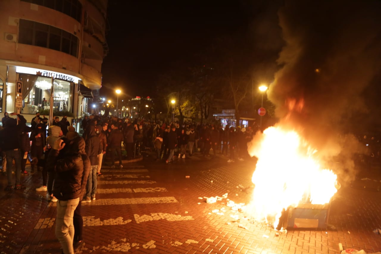 Protesta-dhuna-klodian-rasha-doreheqja-sander-lleshaj-policia-gazilotsjelles-tym-gure-flake (35)