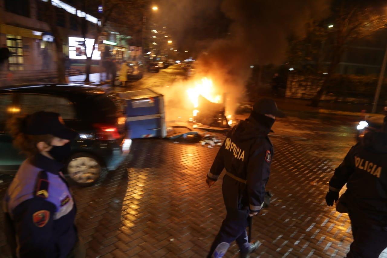 Protesta-dhuna-klodian-rasha-doreheqja-sander-lleshaj-policia-gazilotsjelles-tym-gure-flake (36)