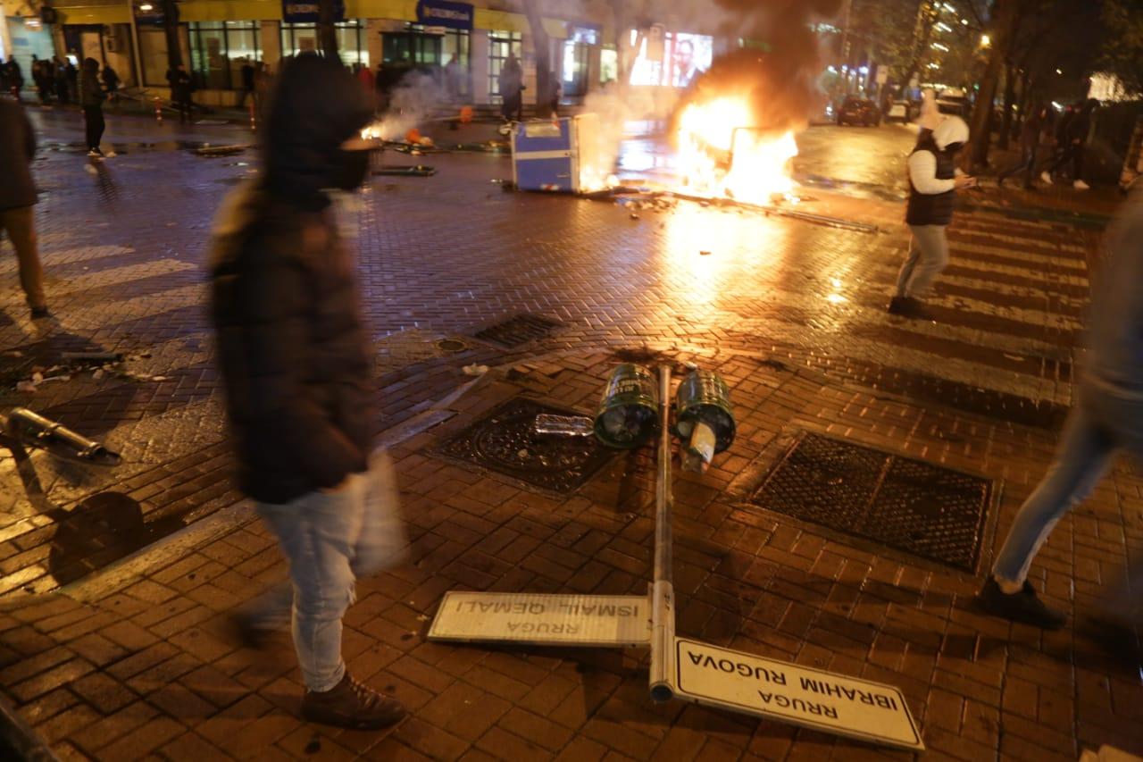 Protesta-dhuna-klodian-rasha-doreheqja-sander-lleshaj-policia-gazilotsjelles-tym-gure-flake (37)