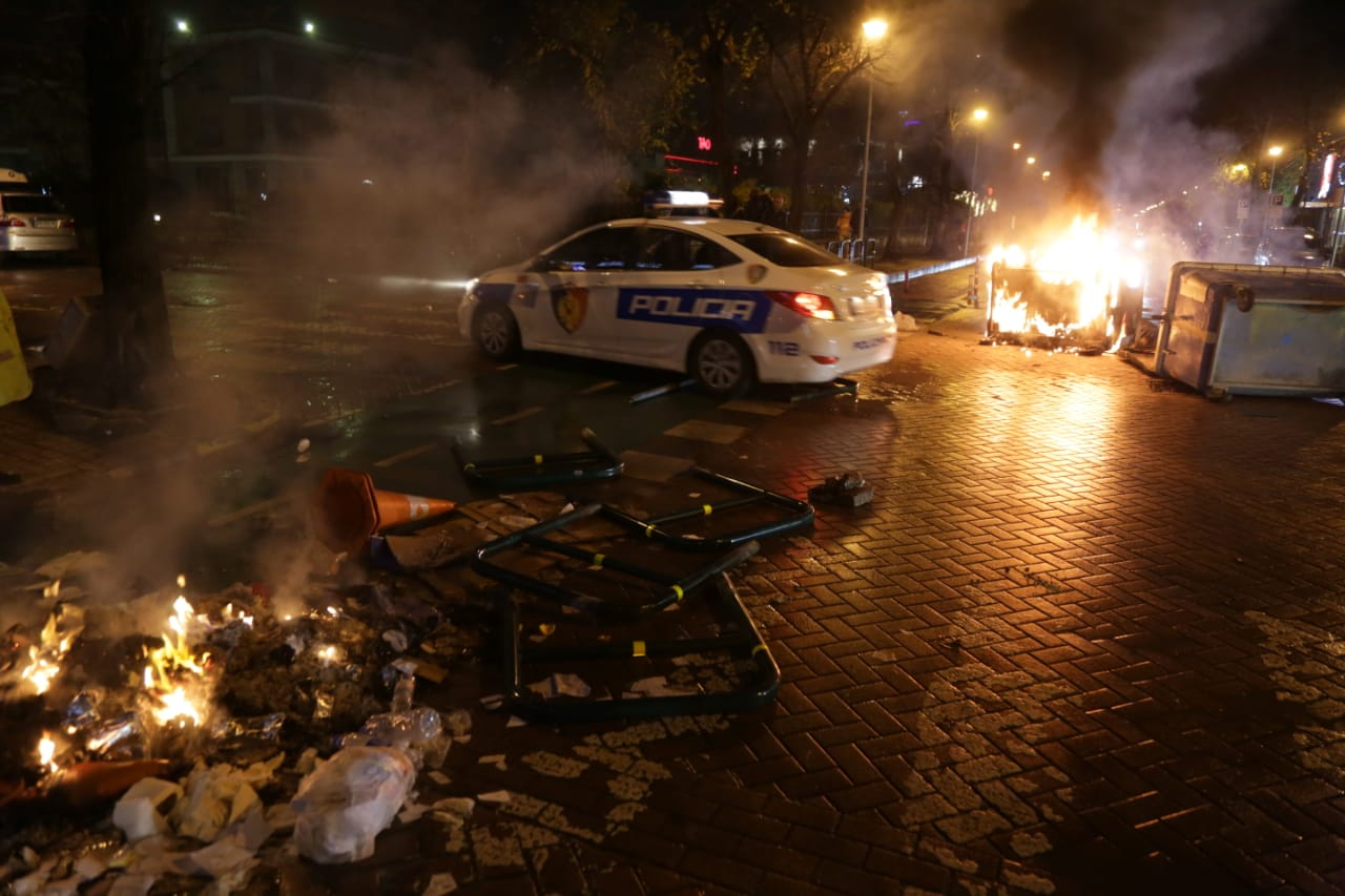 Protesta-dhuna-klodian-rasha-doreheqja-sander-lleshaj-policia-gazilotsjelles-tym-gure-flake (38)