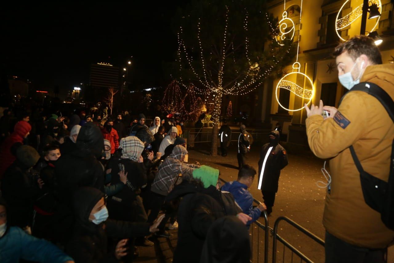 Protesta-dhuna-klodian-rasha-doreheqja-sander-lleshaj-policia-gazilotsjelles-tym-gure-flake (4)
