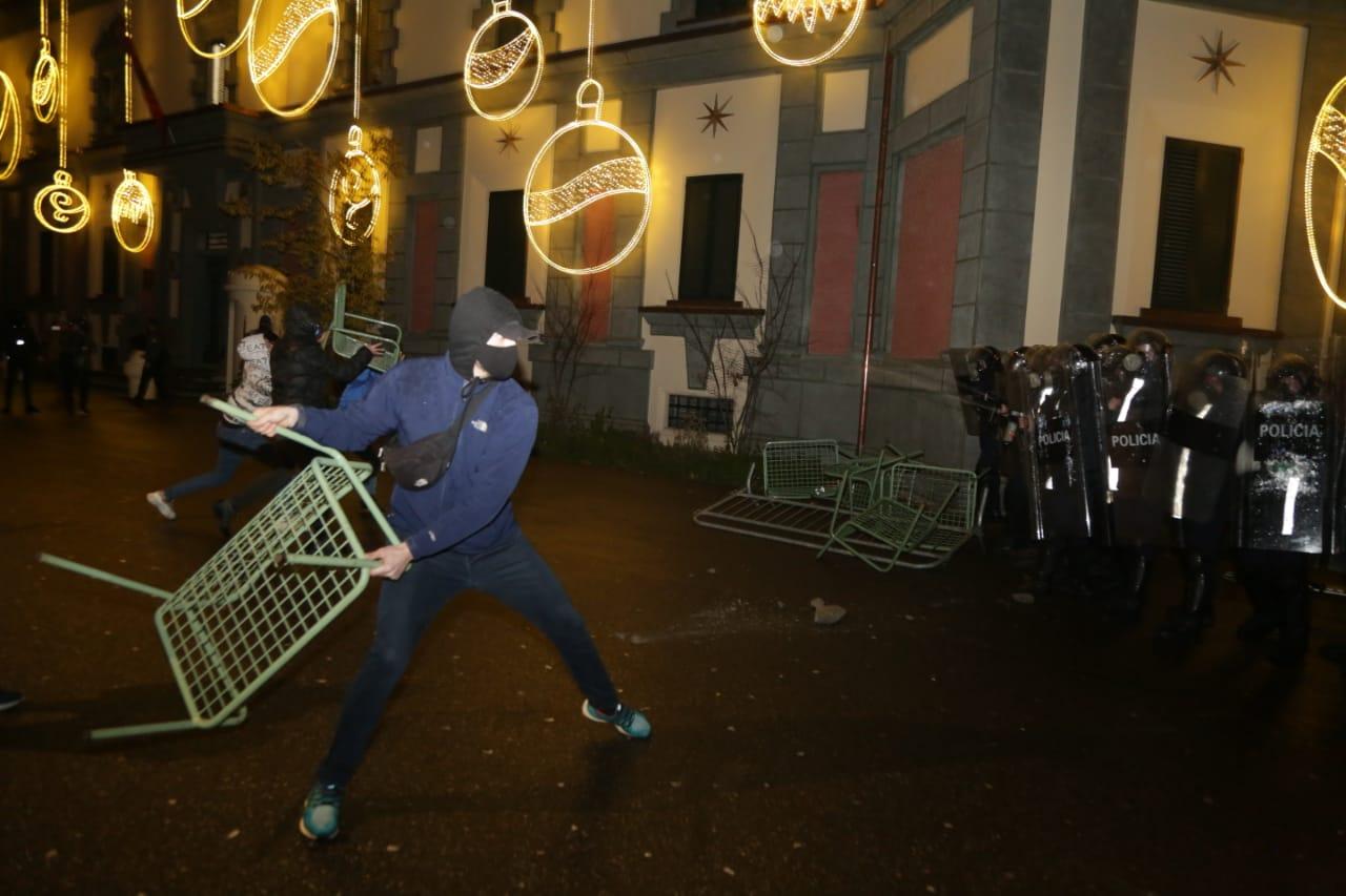 Protesta-dhuna-klodian-rasha-doreheqja-sander-lleshaj-policia-gazilotsjelles-tym-gure-flake (5)