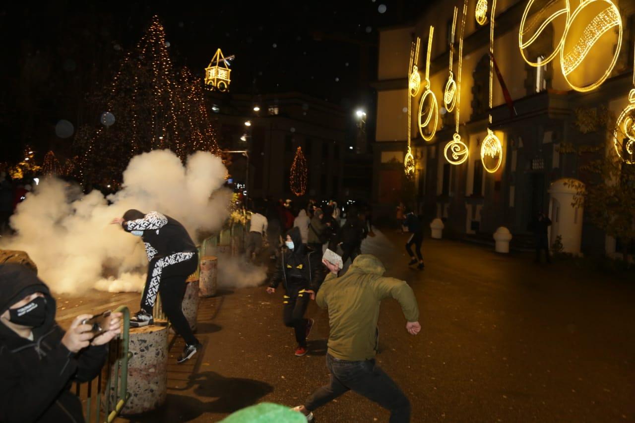 Protesta-dhuna-klodian-rasha-doreheqja-sander-lleshaj-policia-gazilotsjelles-tym-gure-flake (7)