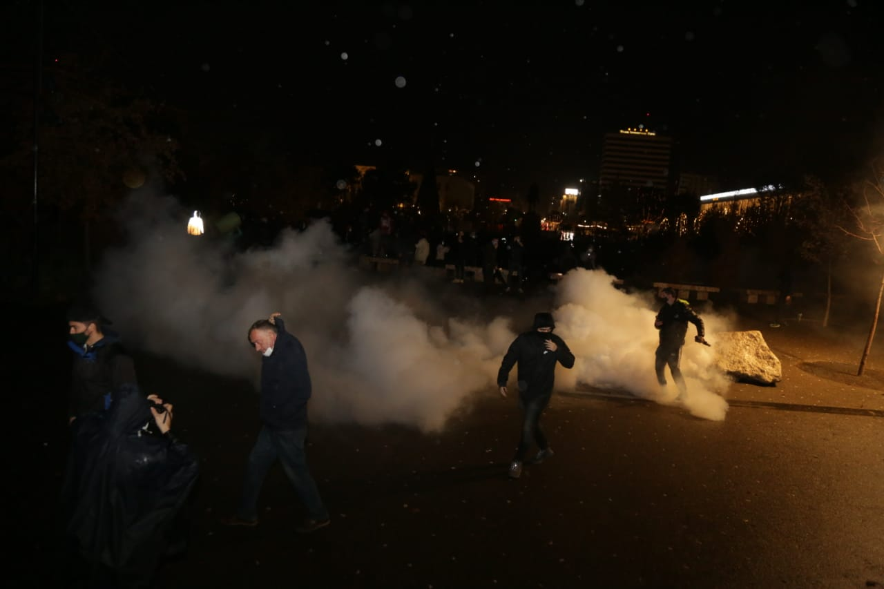 Protesta-dhuna-klodian-rasha-doreheqja-sander-lleshaj-policia-gazilotsjelles-tym-gure-flake (8)