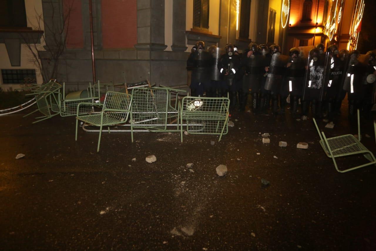 Protesta-dhuna-klodian-rasha-doreheqja-sander-lleshaj-policia-gazilotsjelles-tym-gure-flake (9)