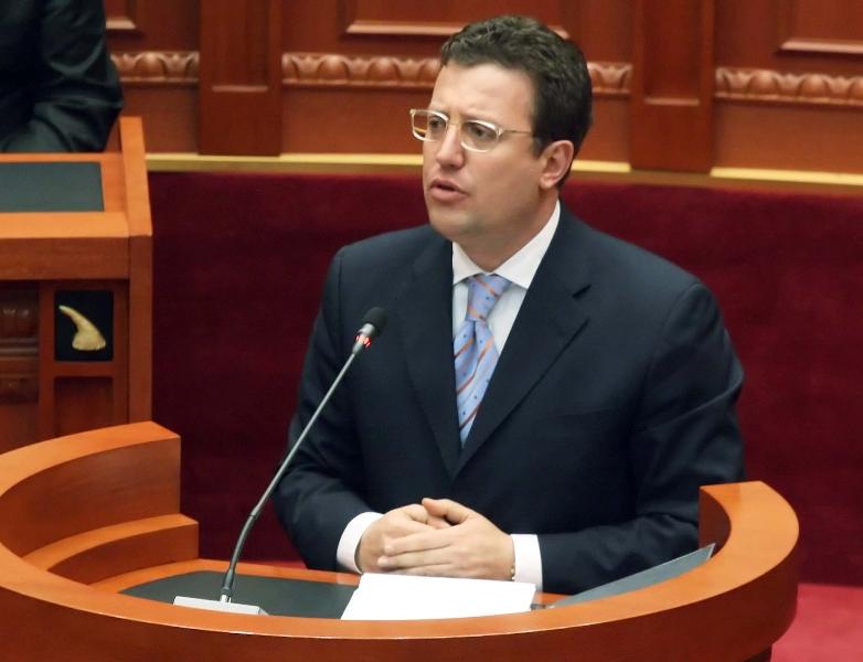 Ministri i Transportit Sokol Olldashi, duke folur gjate nje seance parlamentare, ku eshte vendosur se do te shqyrtohet javen e ardhshme diskutimi per kandidaturen e Elvis Cefes, si anetar i Keshillit te Larte te Drejtesise KLD.