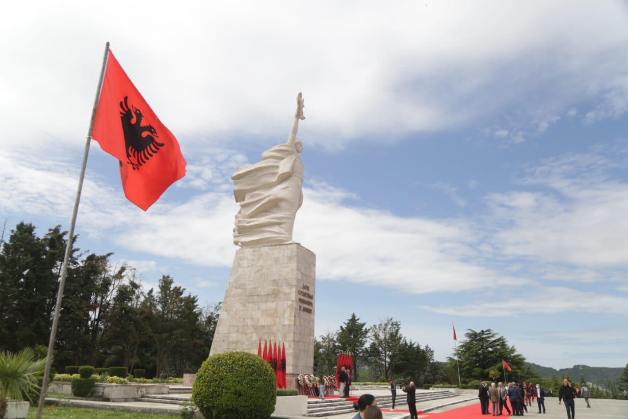 nostaligjet-5-maji-deshmoret-enver hoxha-varrezat e dehmoreve (13)