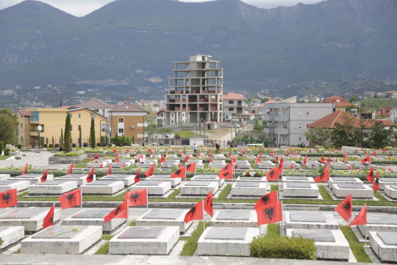 nostaligjet-5-maji-deshmoret-enver hoxha-varrezat e dehmoreve (5)