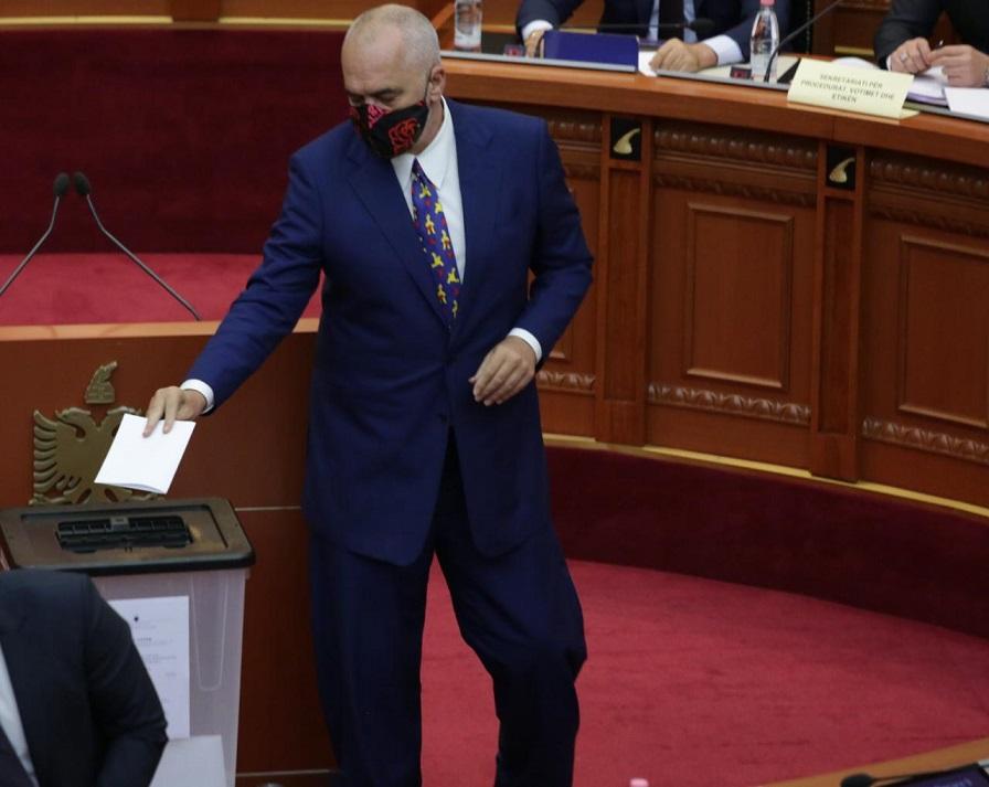 Rama dje gjatë seancës së votimit për shkarkimin e Presidentit të Republikës