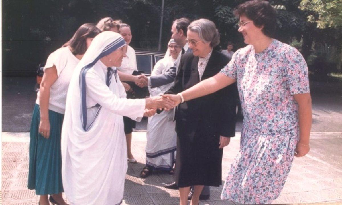 Nexhmije Hoxha duke pritur Nënë Terezën, gjatë vizitës në Shqipëri, gusht 1989
