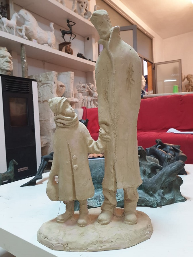 Skulptura e Arben Bajo, titulluar 'Shetitja', dhurate per te bijën