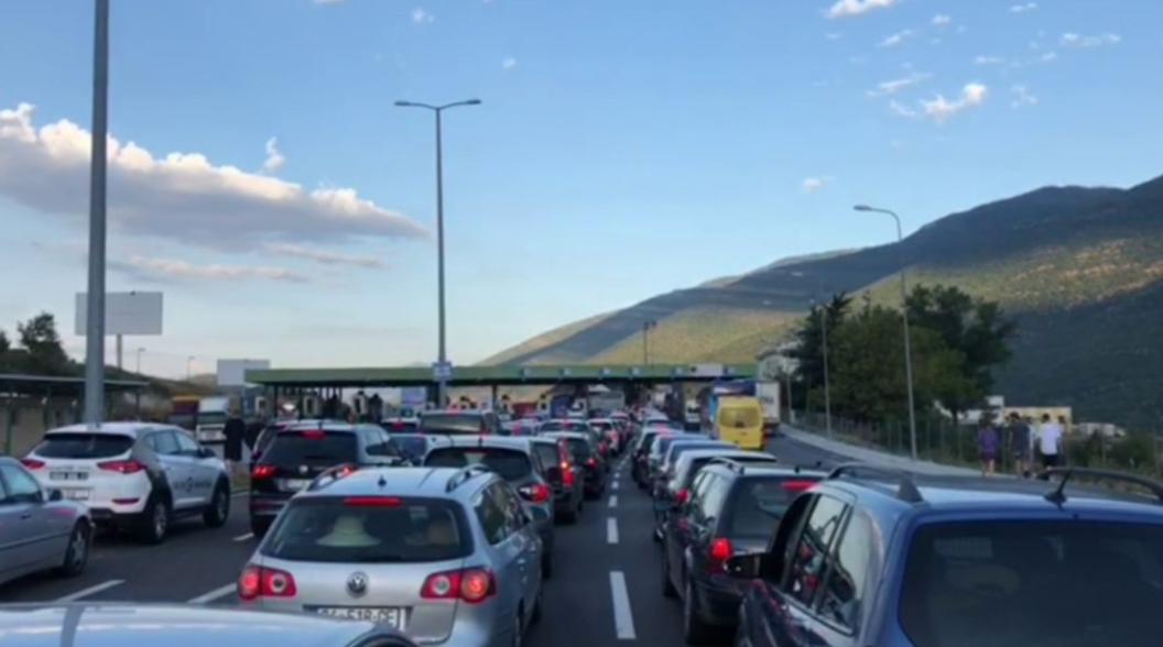 Kolona-ne-kufirin-Kosove-Shqiperi